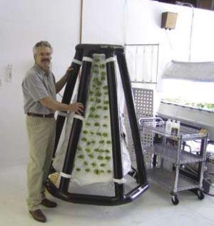 ריצ'רד סטונר השני, נשיא ומייסד של AgriHouse, Inc, עם האב טיפוס של מערכת אירופונית מתנפחת לגידול צמחים במרחב מחוסר כבידה.